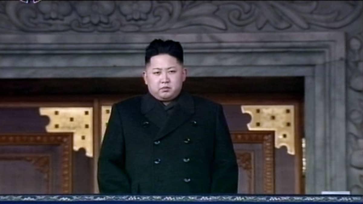 Kim Jong-un kuvattuna Pohjois-Korean Central TV -aseman lähetyksessä isänsä muistotilaisuuden aikana.