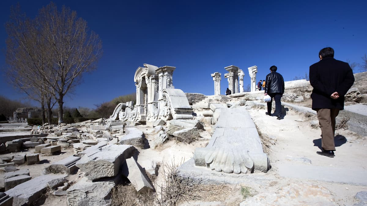 Taivas on syvänsininen ja vanhan kesäpalatsin rauniot kirkkaan valkoisia, kun muutamia kiinalaisia turisteja on tullut ihmettelmään palatsin synnyinsijaa.