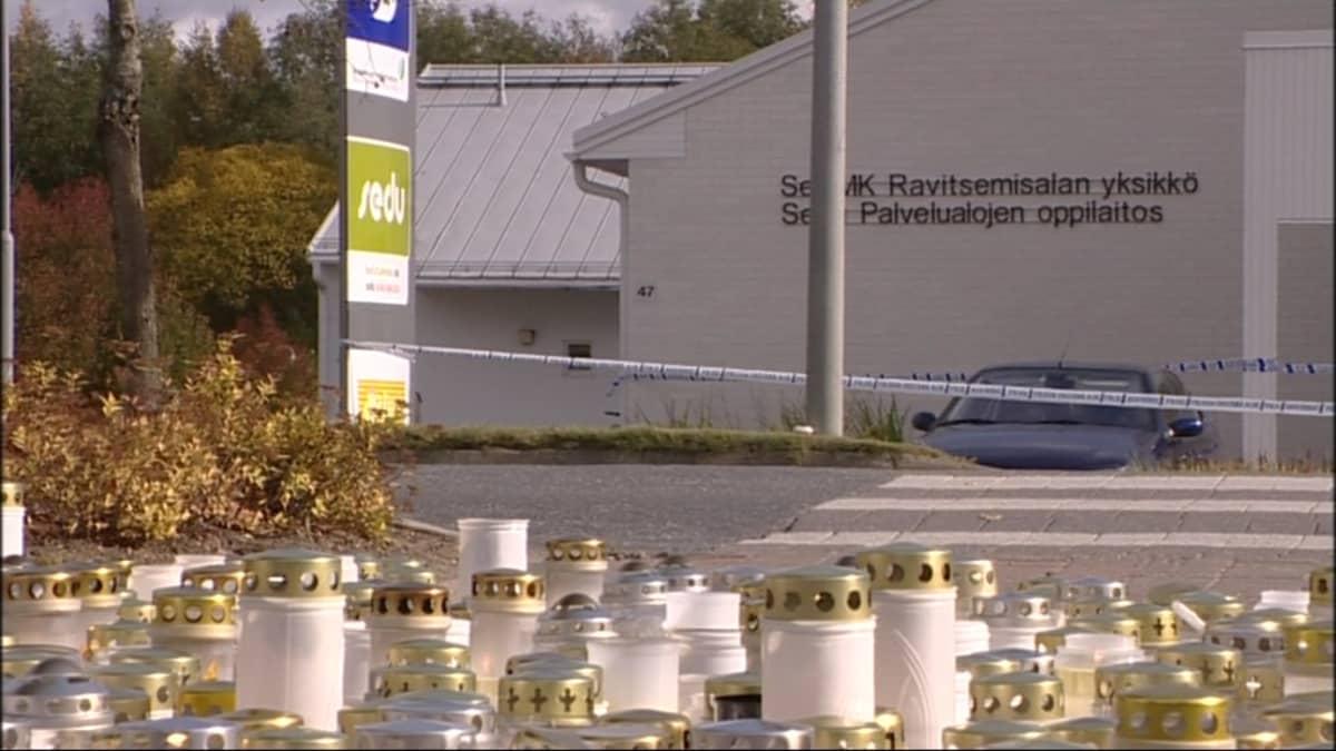 Seinäjoen ammattikorkeakoulun ravitsemisalan yksikössä Kauhajoella tapahtuneessa koulusurmassa kuoli yksitoista ihmistä.