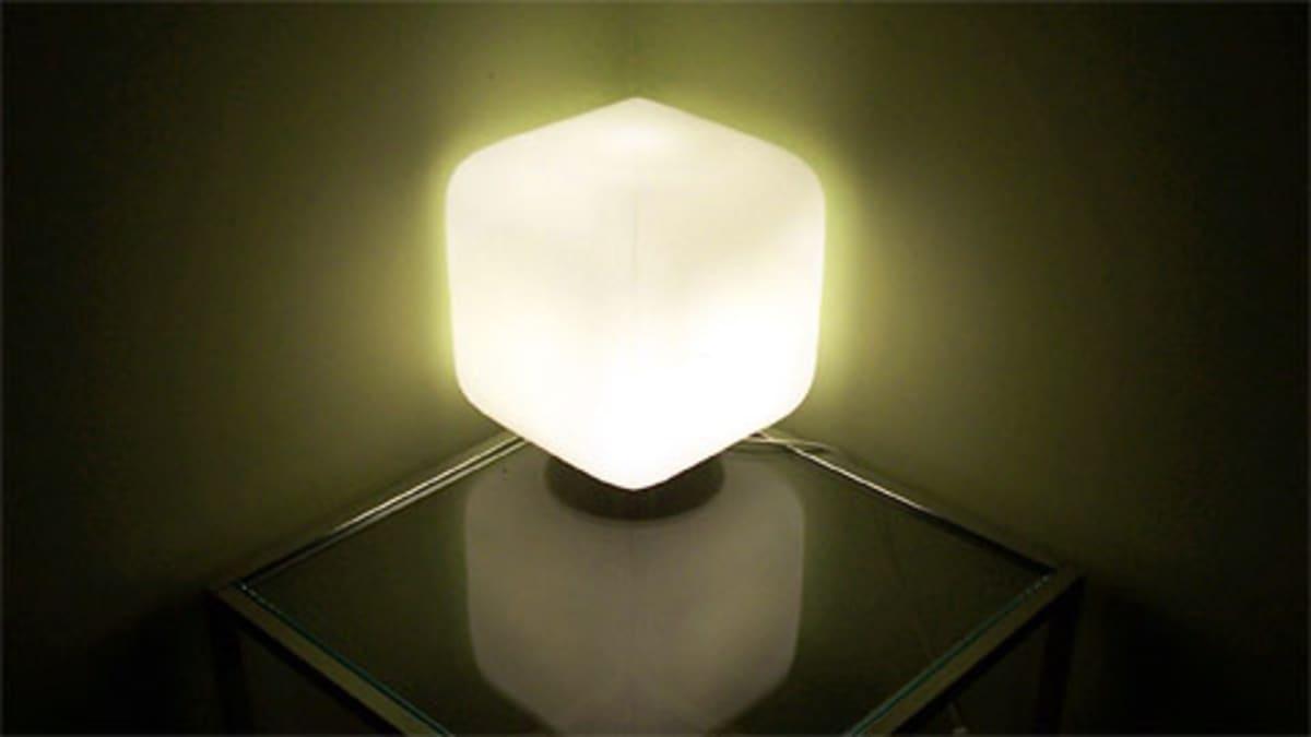 Nurkkaan työnnetty pöytälamppu