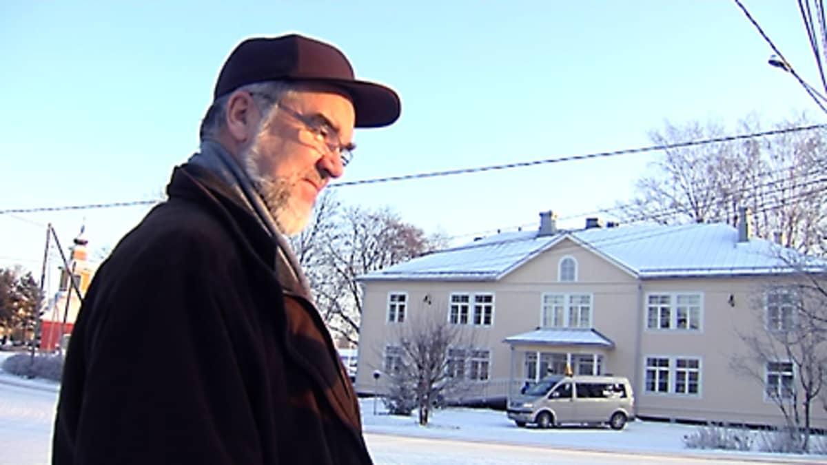 Muutosjohtaja Seppo Koskinen, taustalla Kiikalan kunnantalo
