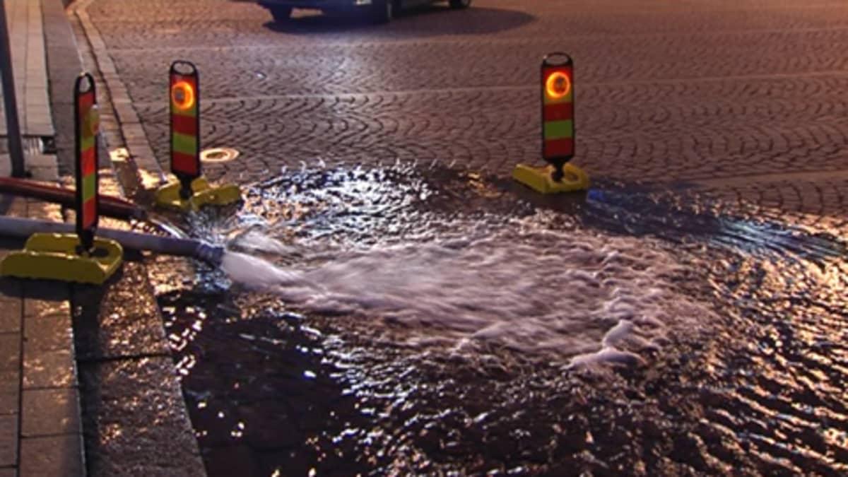 Vesi valuu pumpun letkusta