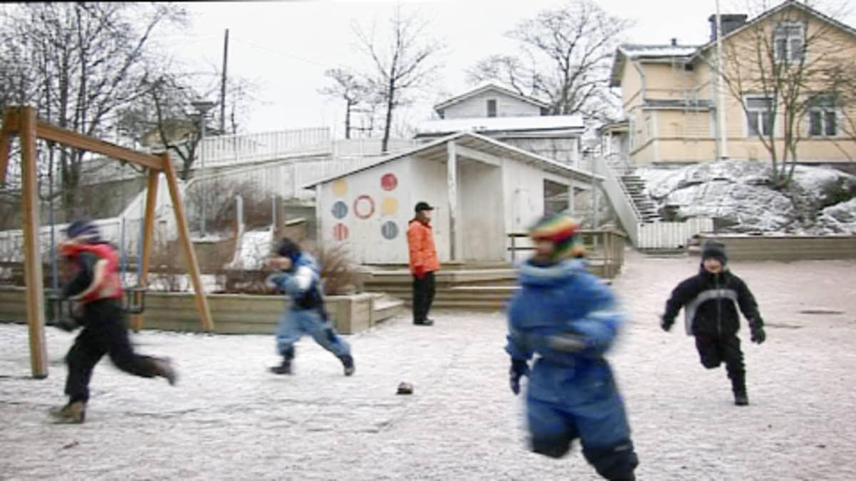 Lapset juoksevat päiväkodin pihalla.