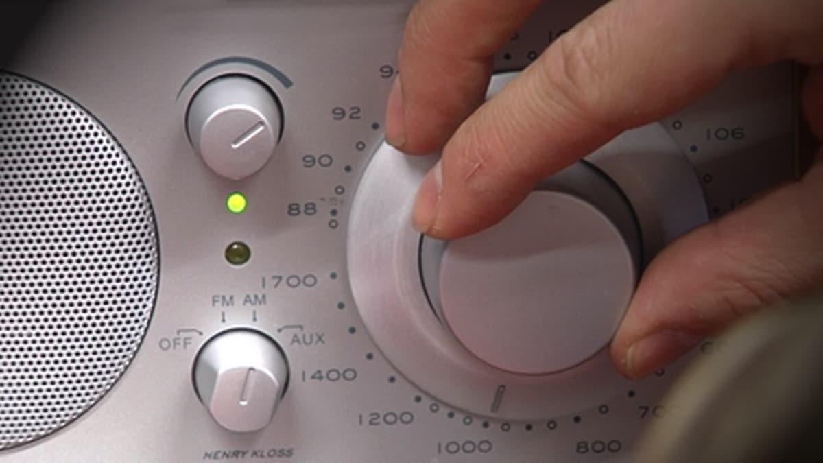 Sormet pyörittävät radion asemanvalintasäädintä
