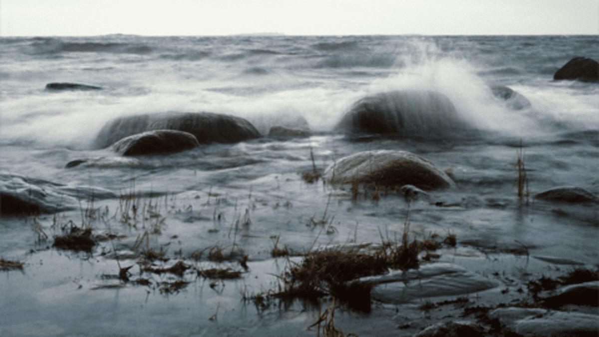 Aallot lyövät kivien yli.