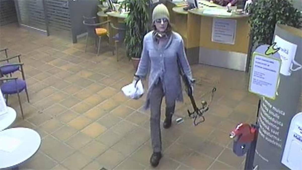 Vaajakosken ryöstäjä pankin valvontakamerassa.