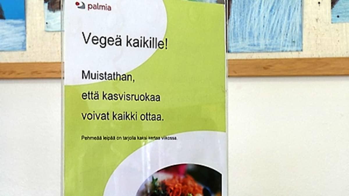 Juliste koulun ruokalassa kehottaa ottamaan kasvisruokaa