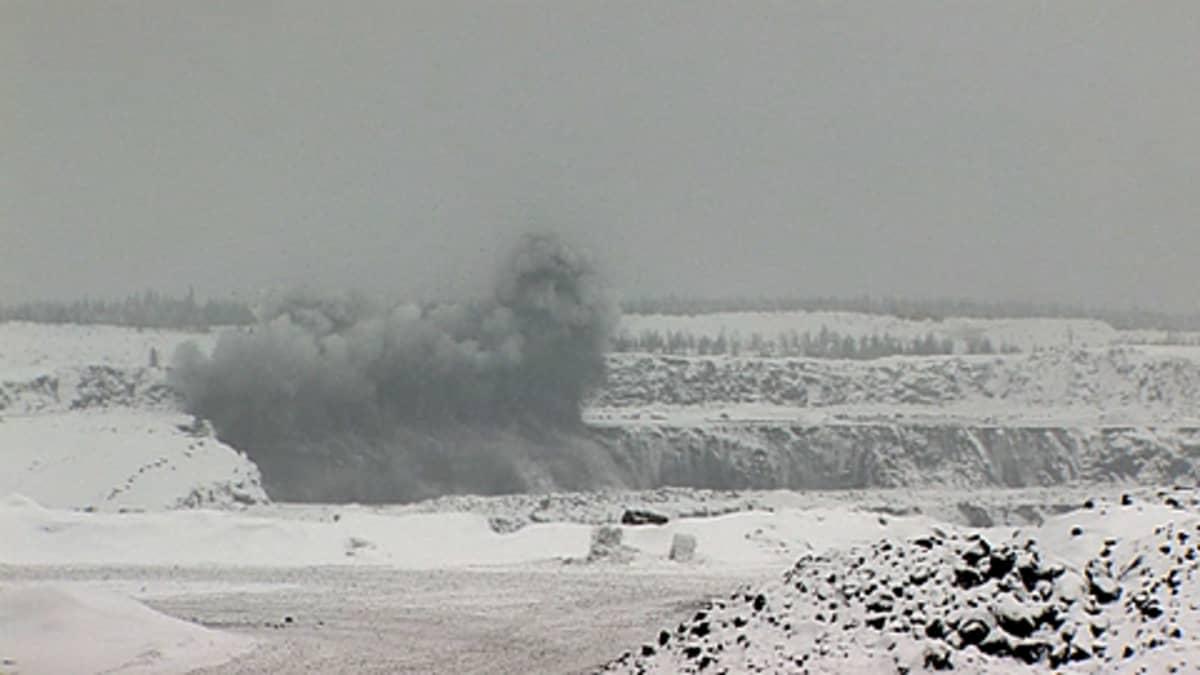 Räjäytys Talvivaaran kaivoksessa. Harmaa pilvi nousee kaivoksesta.