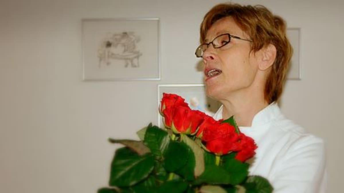 Nainen ruusukimpun kanssa