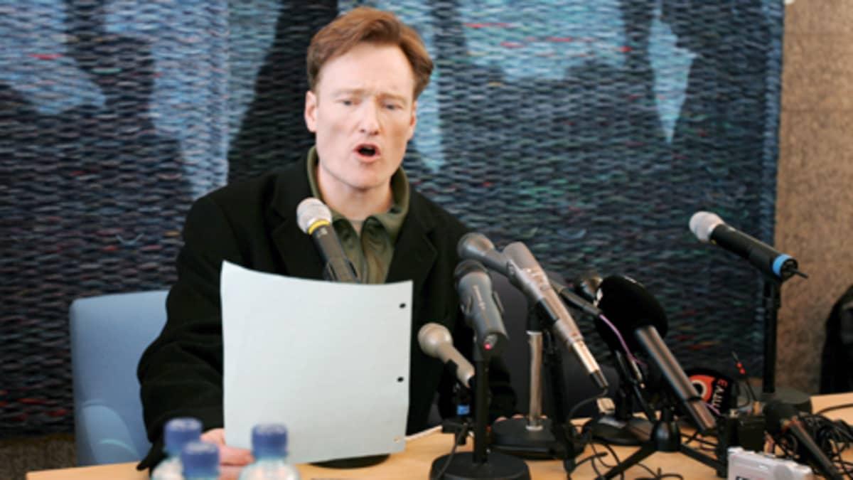 Conan O'Brien puhuu faneilleen Helsinki-Vantaan lentokentällä.