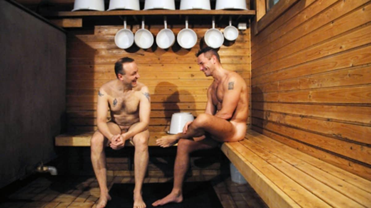 Kaksi miestä istuu sanassa Miesten vuoro -dokumenttielokuvassa.