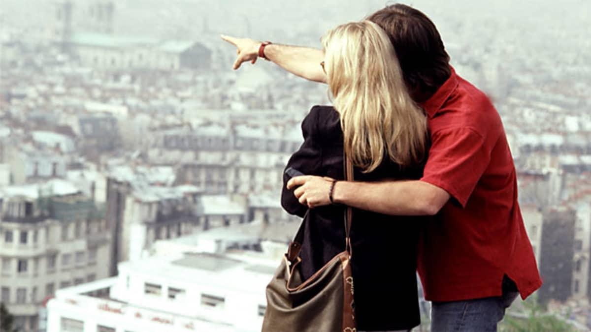 Pariskunta katsoo Pariisin maisemia