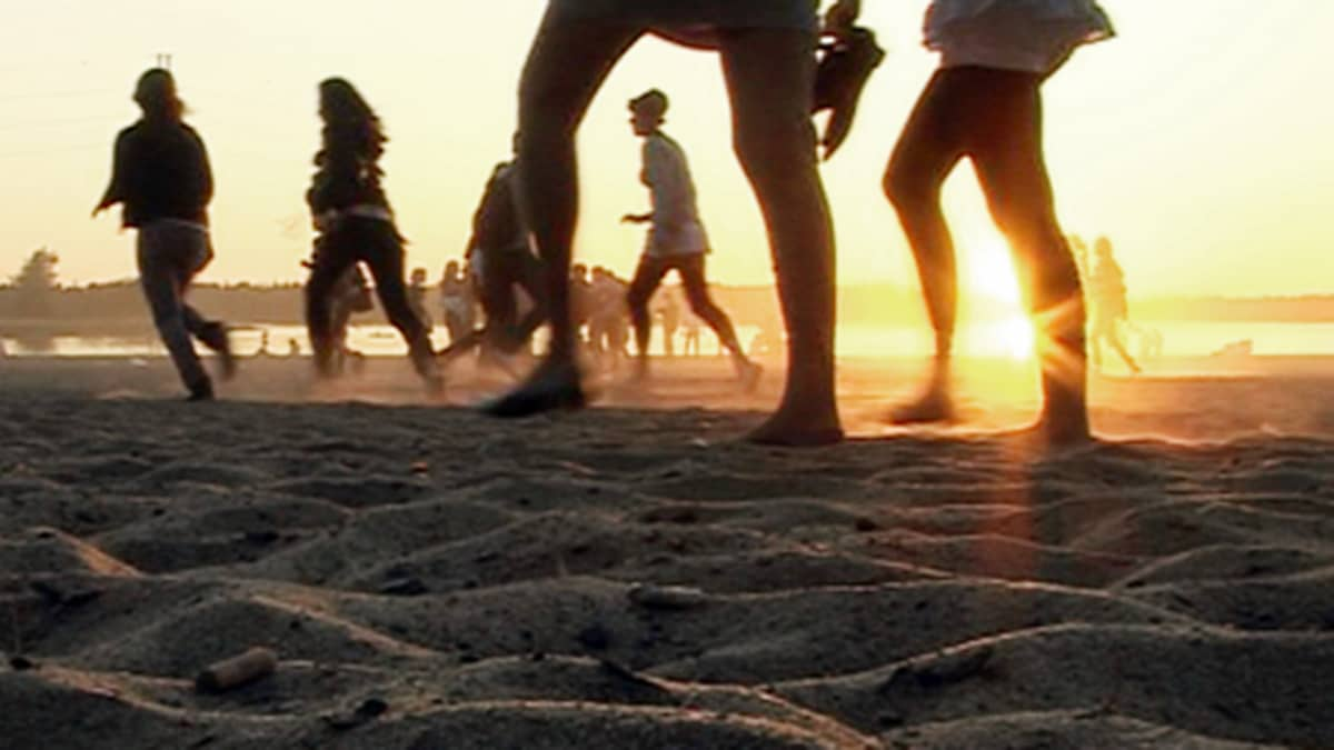 Nuoria rannalla