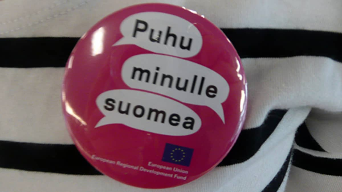 Puhu minulle suomea -pinssi