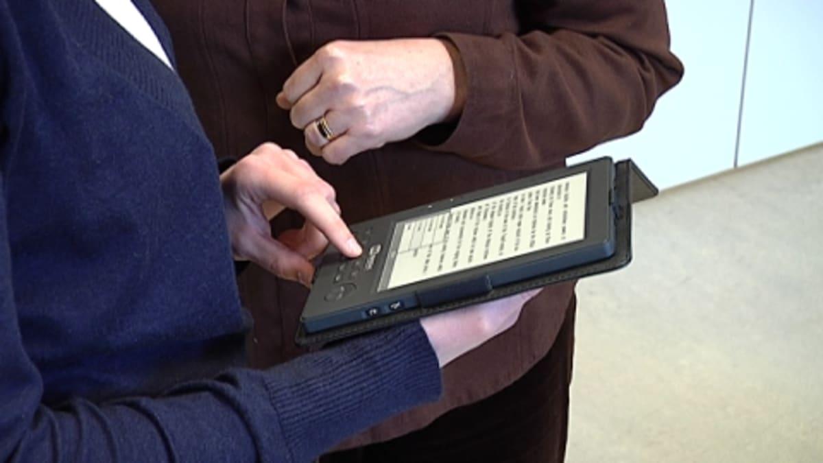 E-kirjan lukulaite Sellon kirjastossa Espoossa
