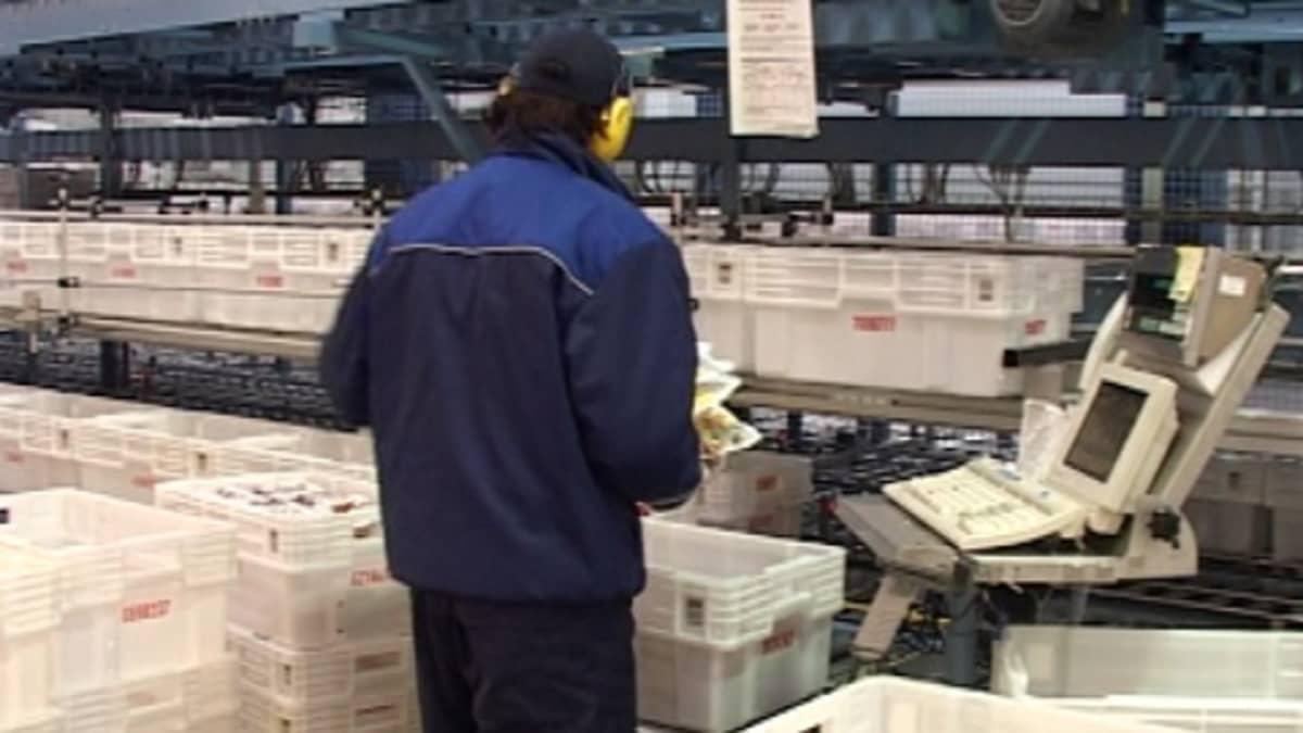 Kuvassa Poutun työntekijä pakkaamassa valmiita tuotteita.