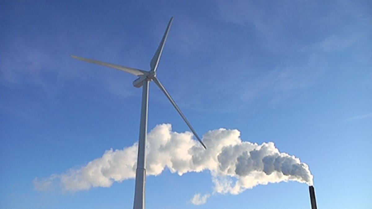 Tuulivoimala ja savupiippu