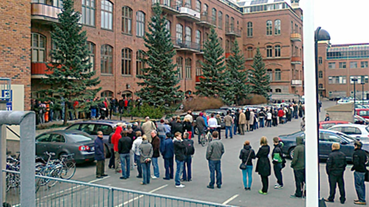 Lippujono kiemurteli Klingendahlin sisäpihalla perjantai-iltapäivällä.