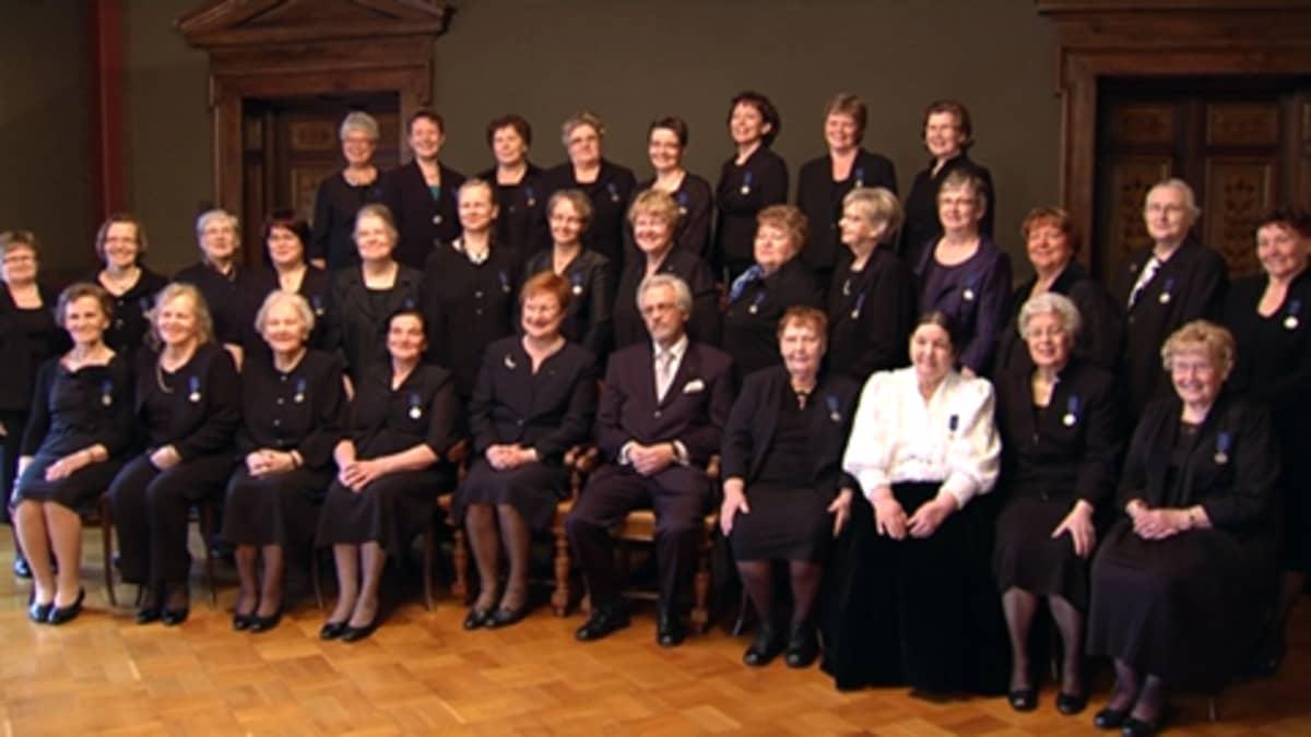 Äitienpäivänä 9. toukokuuta 2010 presidentin palkitsemat äidit yhteiskuvassa.