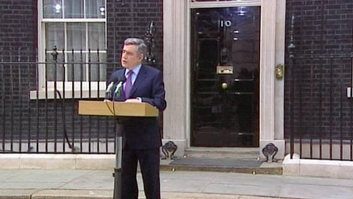 Gordon Brown virka-asuntonsa Downing Street 10 edustalla