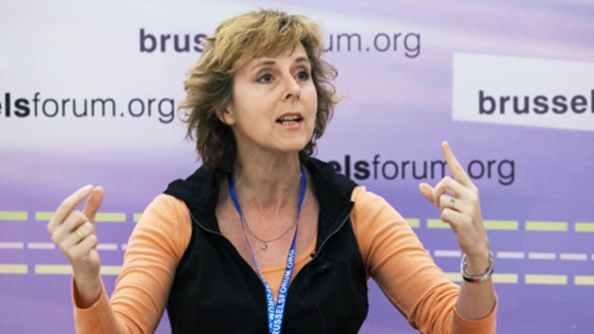 lmastokomissaari Connie Hedegaard puhumassa Brysselin ilmastokokoksessa 28.3.2010.