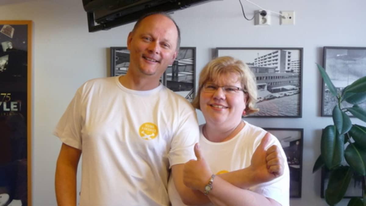 Voittajien Pasi ja Anu Salmisen on helppo hymyillä.