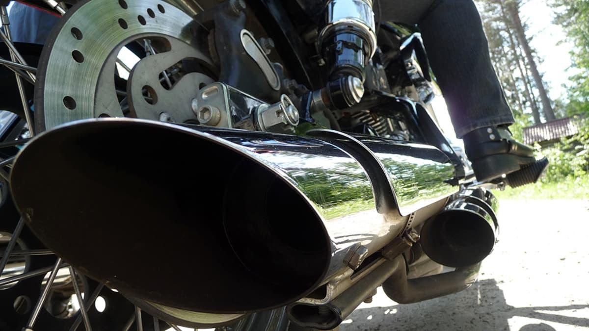 Lähikuva Harley Davidsonin kiiltävästä pakoputkesta