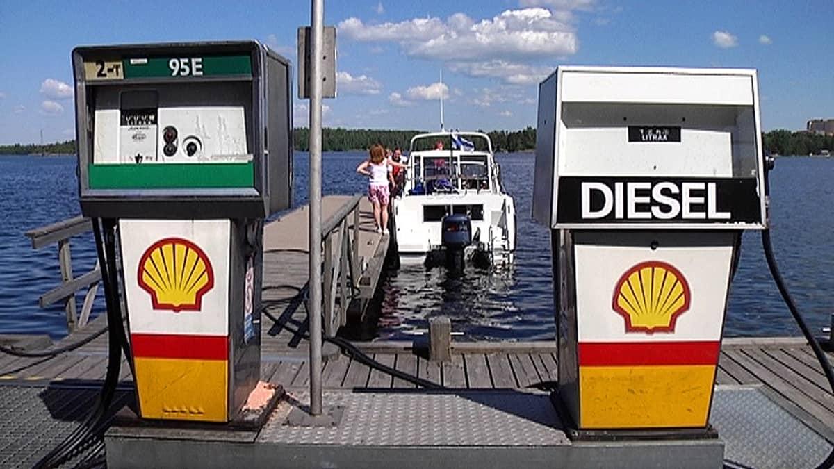 Veneen tankkausta Lappeenrannassa