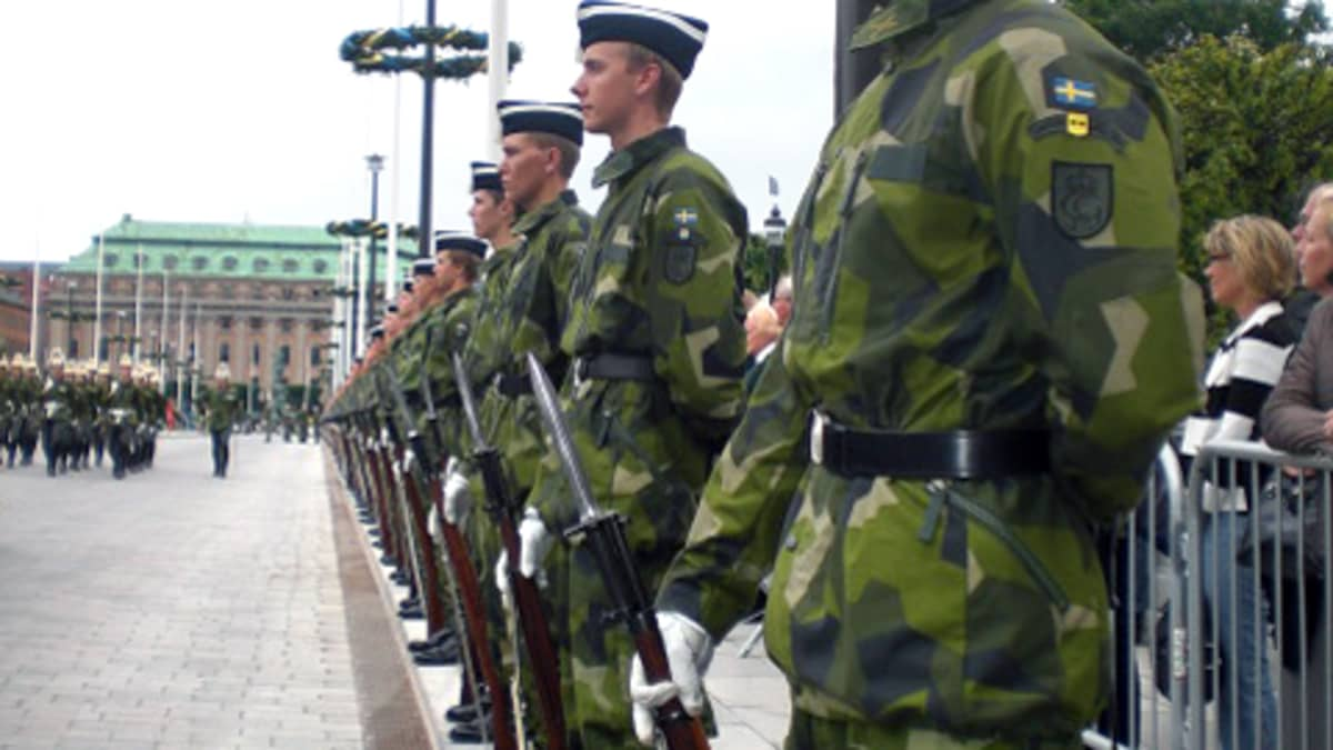 Ruotsin armeijan sotilaat seisovat vartiossa kadun varrella.