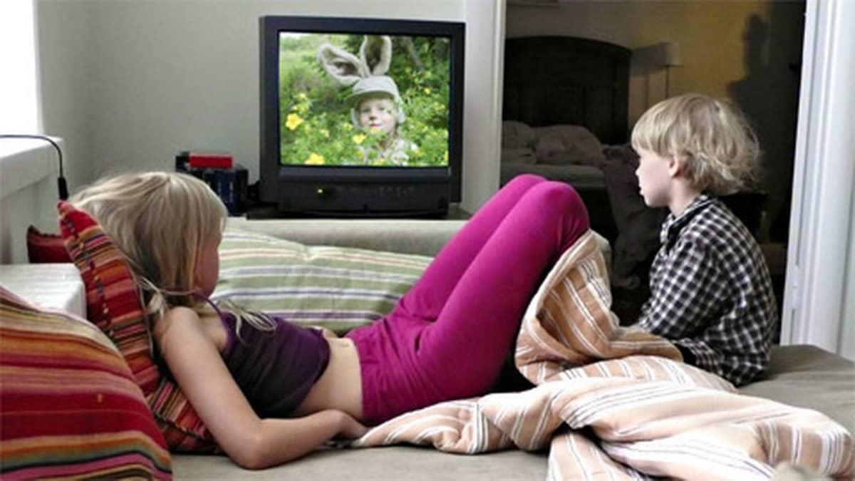Lapsia katselemassa televisiota