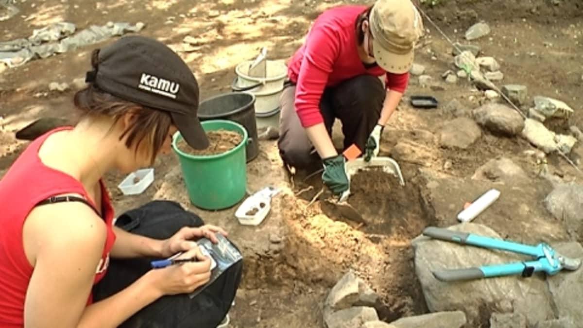 Arkeologi merkkaa löytöpussia.