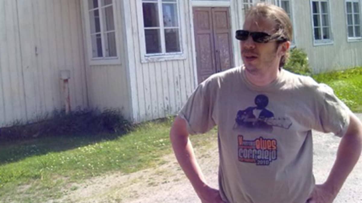 Wentus Blues Bandin basisti Robban Hagnäs yhtyeen syntysijan, Villan koulun piharakennuksen edessä.