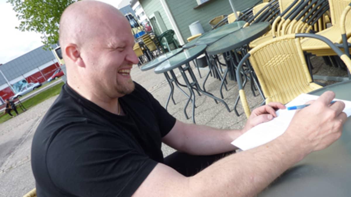 Sanoittaja Kaje Komulainen kirjoittaa tekstit mieluummin tietokoneella.