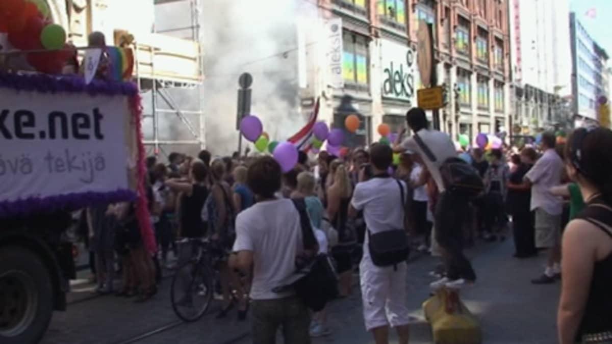 Pride-kulkue Helsingin Aleksanterinkadun ja Kluuvikadun risteyksen kohdalla, jossa juuri on tapahtunut kaasuisku.