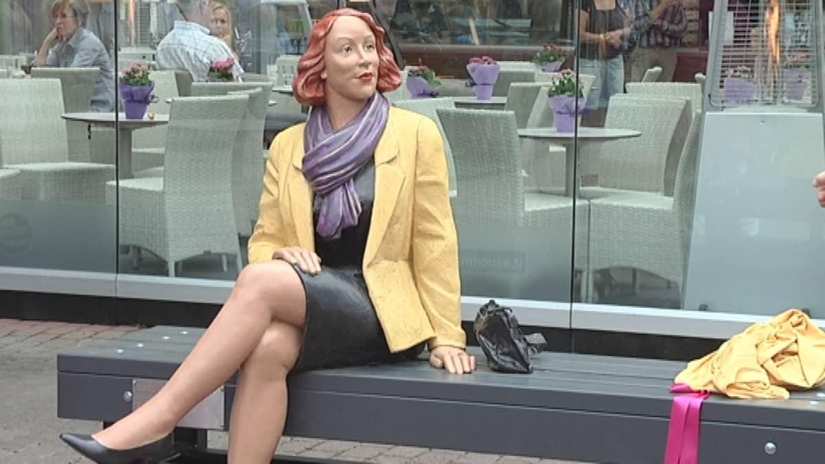 Maire-patsas istuu penkillä