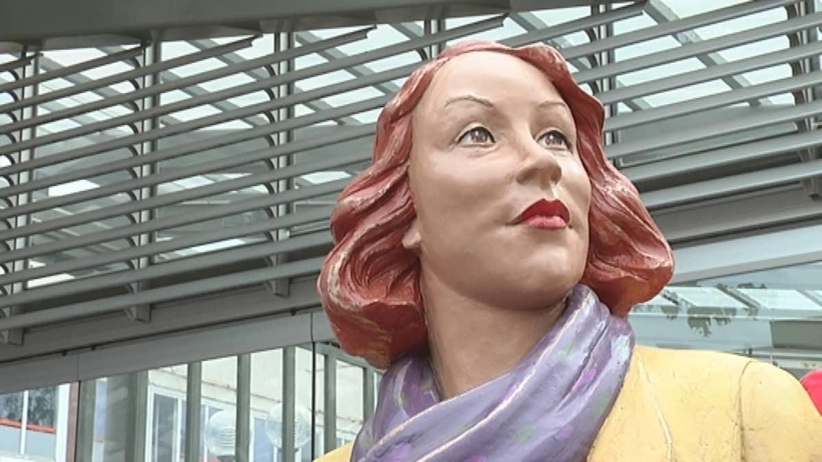 Lähikuva Maire-patsaasta