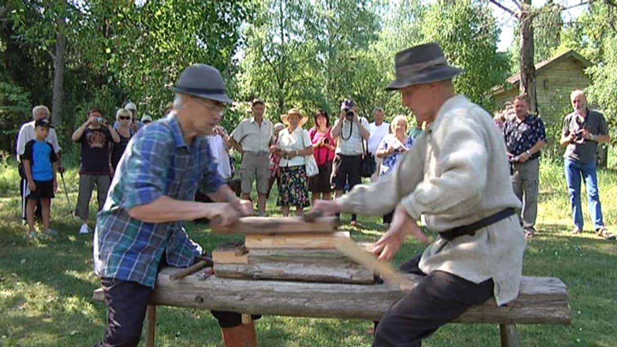 Teuvo Jokila (vas.) ja Pentti Siivonen tekevät päreitä.