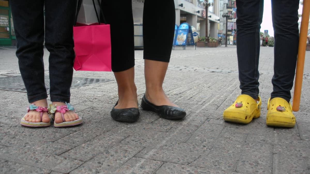Annin mielikengät ovat olleet tänä kesänä kukalliset läpyskät. Äiti Johanna valitsee kengät asun mukaan. Viivi puolestaan suosii keltaisia crocseja. Johanna kertoo ettei missään nimessä laittaisi saappaita jalkaan kesällä.