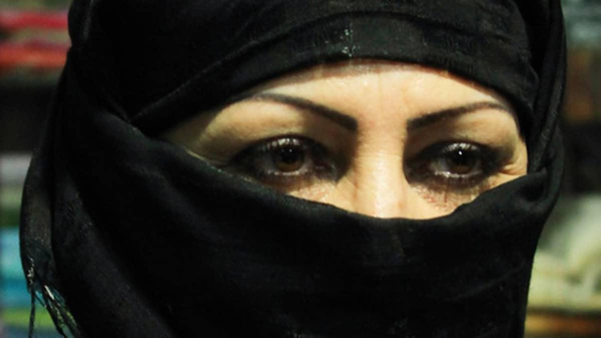 Kuvassa niqabiin verhoutunut nainen.
