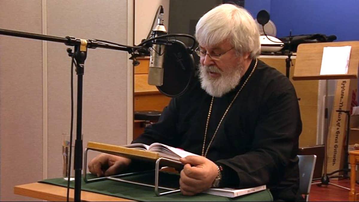 Arkkipiispa Leo lukee karjalankielistä Raamattua.
