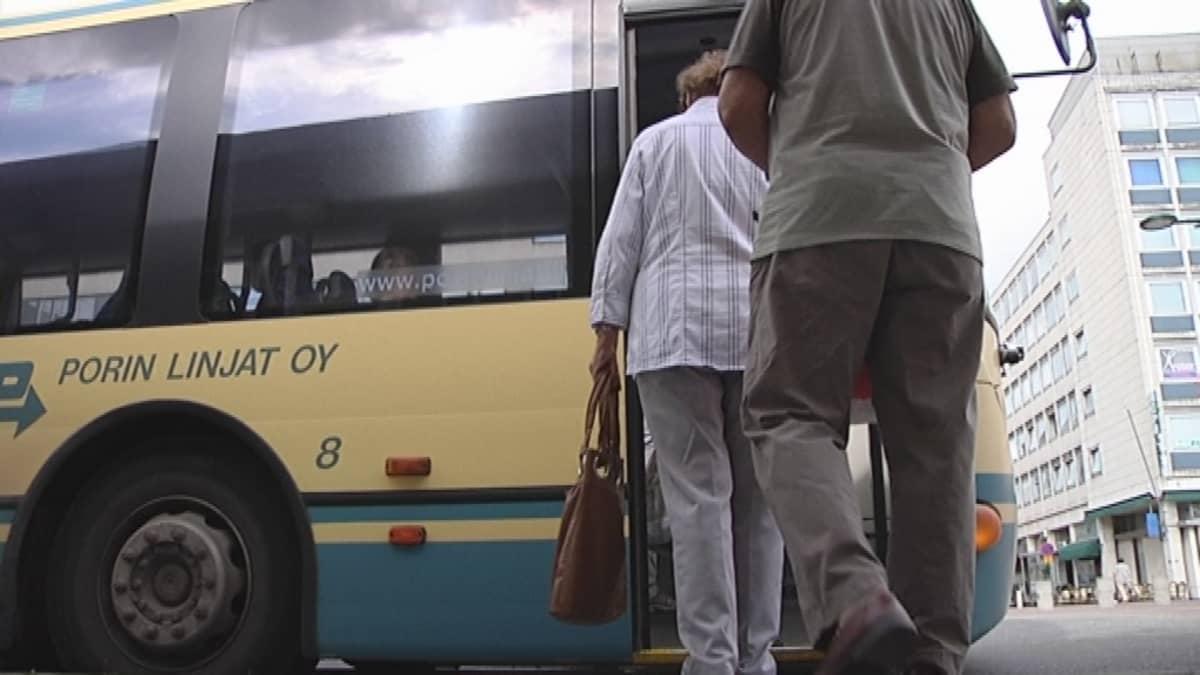 Asiakkaita nousemassa linja-autoon.