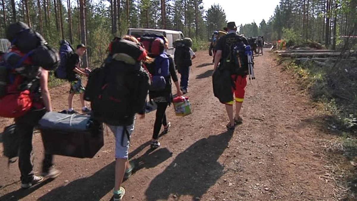 Partiolaiset kantavat tavaroitaan metsässä