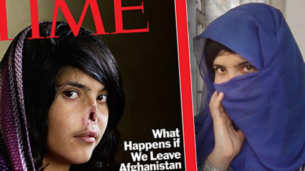 Bibi Aisha Time-lehden elokuun 2010 kansikuvassa ja taustalla YLE Uutisten haastattelussa kesäkuussa 2010.
