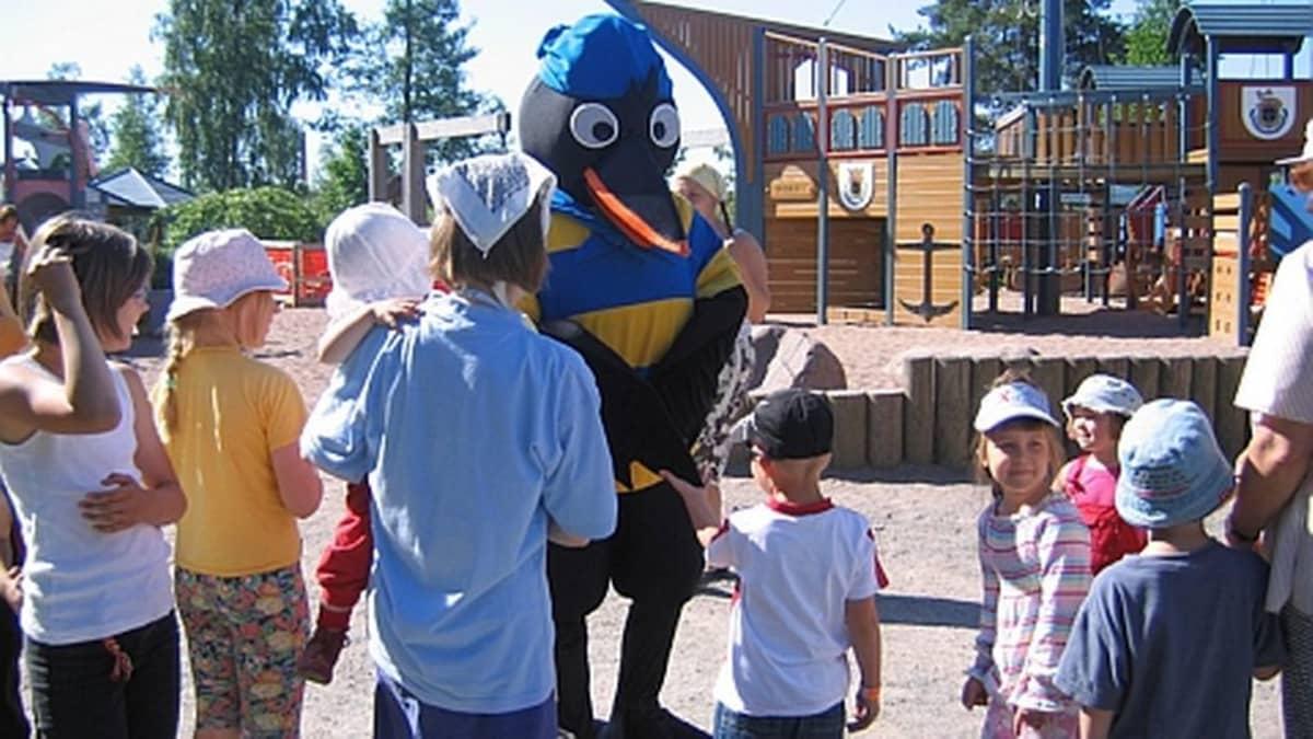 Viksu Varis ja lapsia Pelle Hermannin leikkipuistossa Pori.
