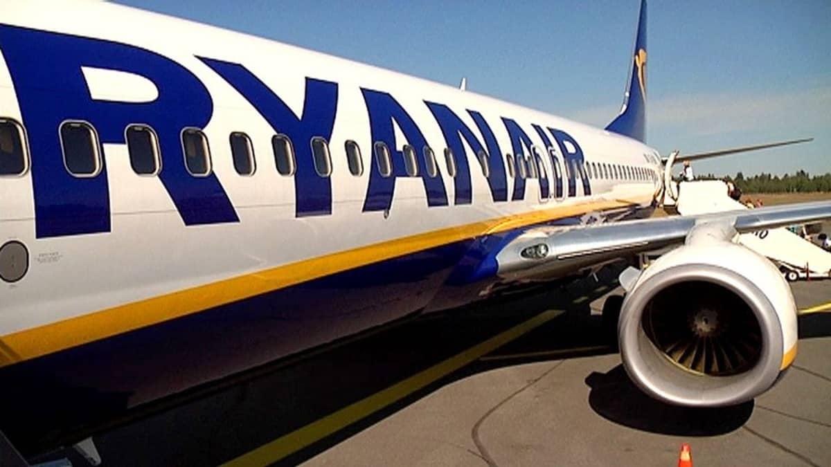 Ryanairin kone Lappeenrannan lentokentällä.
