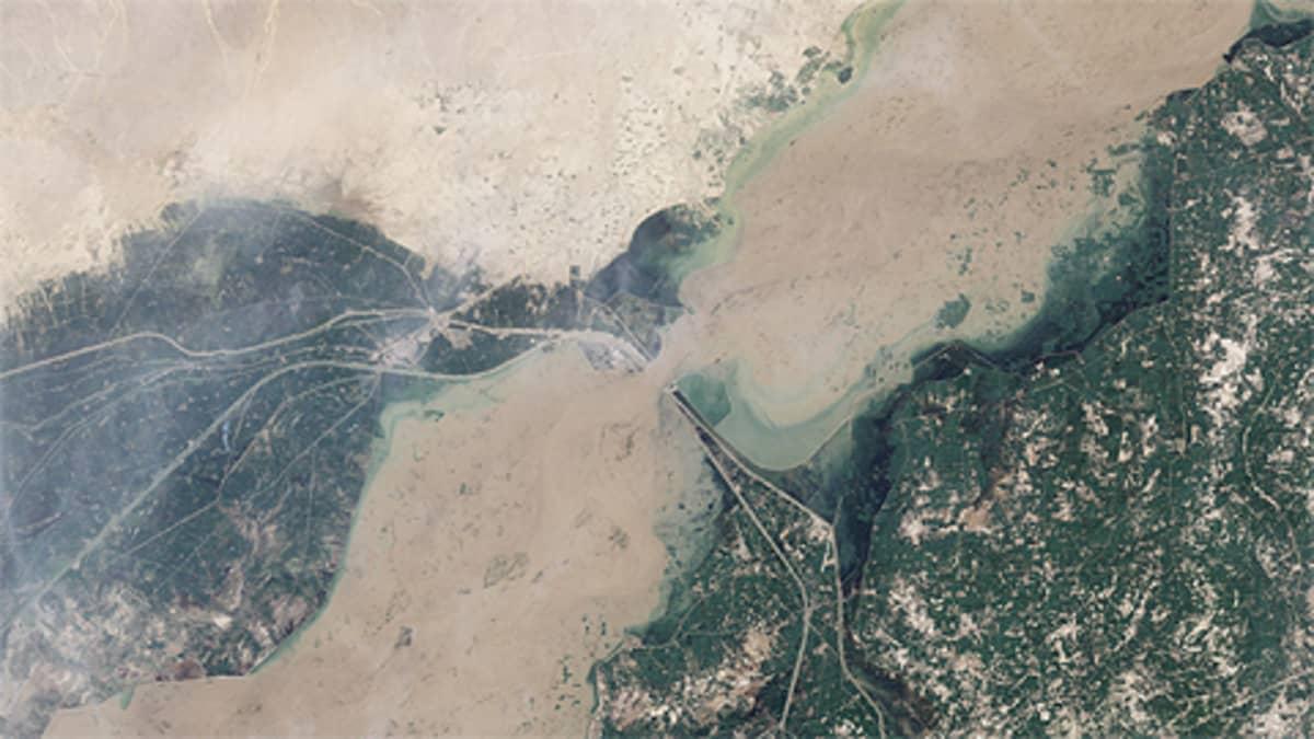 Nasan Landsat 5 -satelliitin 12. elokuuta 2010 ottama kuva tulvivasta Indus-joesta.