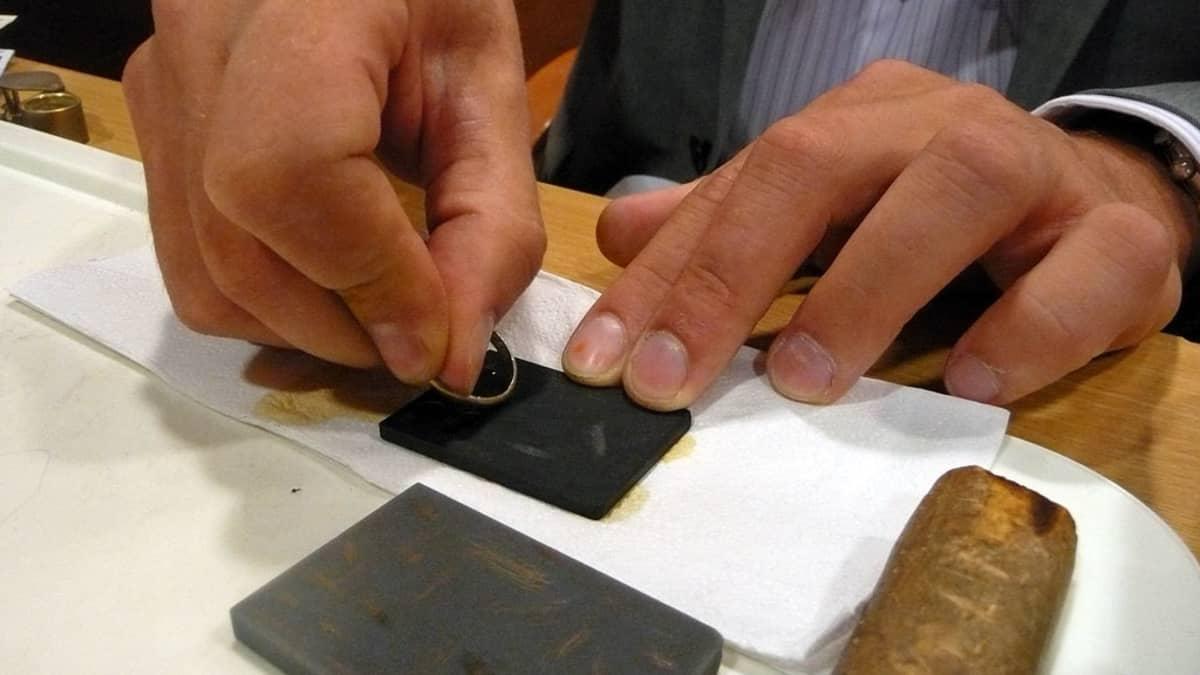 Oikea kultapitoisuus varmistetaan tarvittaessa happotestillä.