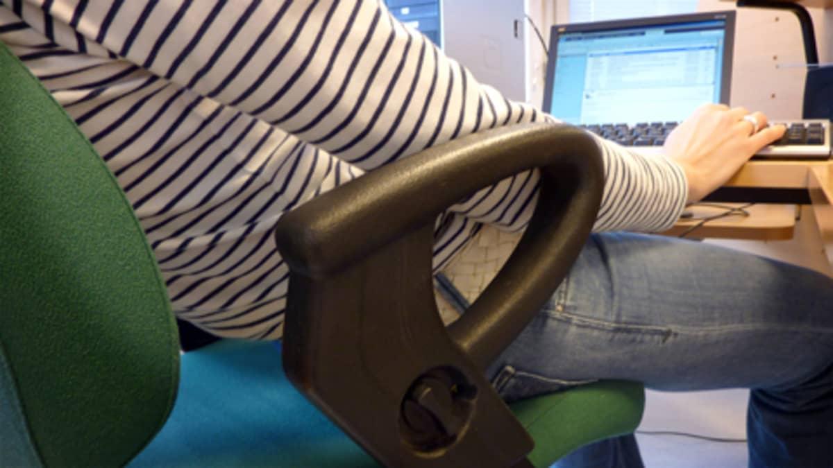 Selkäkipu on taattu, jos työpäivät istuu näin.