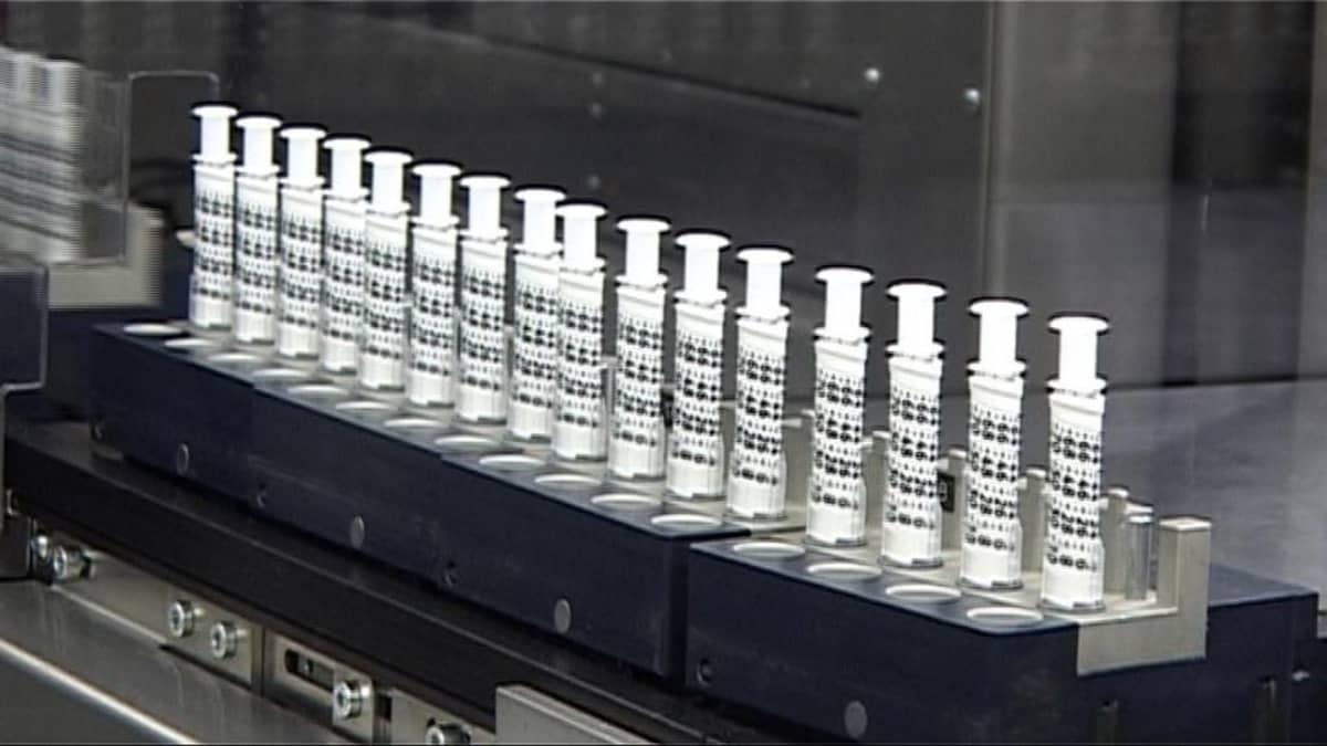 Medisizen valmistamia lääkeannostelijoita tuotantolinjalla.