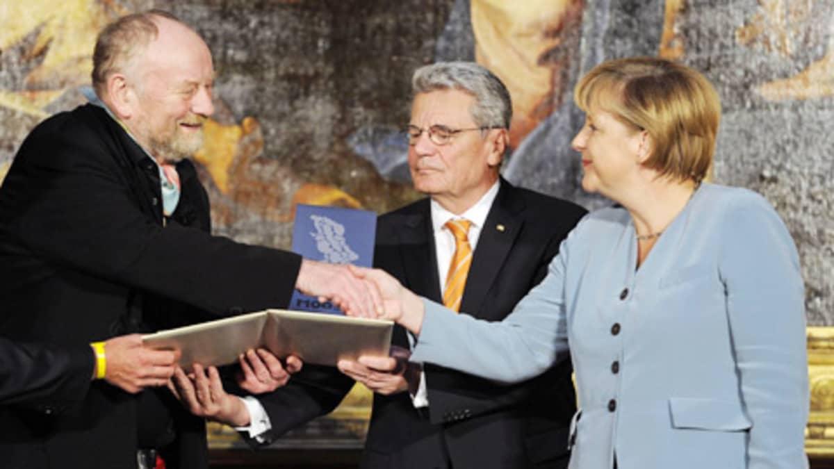 Angela Merkel  ja Joachim Gauck onnittelevat  Kurt Westergaardia M100 - mediapalkinnon johdosta keskiviikkona.